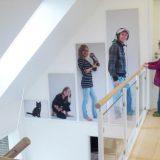 Personliggør soveværelset med billeder på væggen